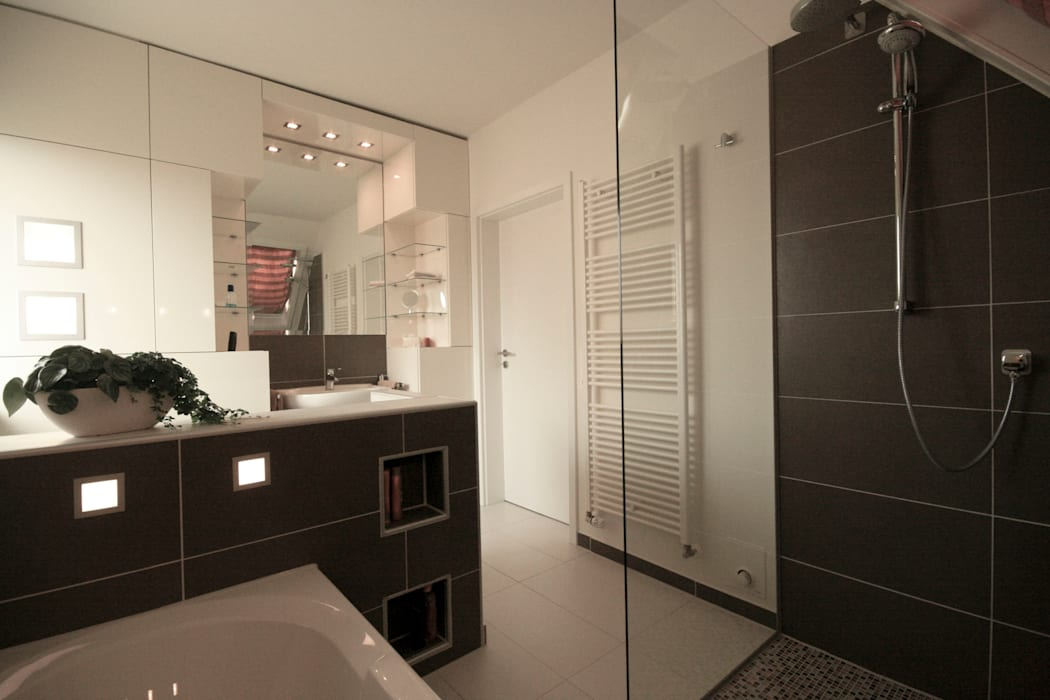 Baños modernos de Höltkemeier InnenArchitektur Moderno