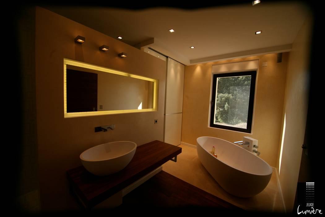 Salle de bain reposante: Salle de bains de style  par Jeux de Lumière
