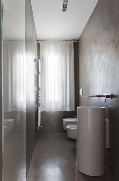 Minimalistyczna łazienka od EXiT architetti associati Minimalistyczny