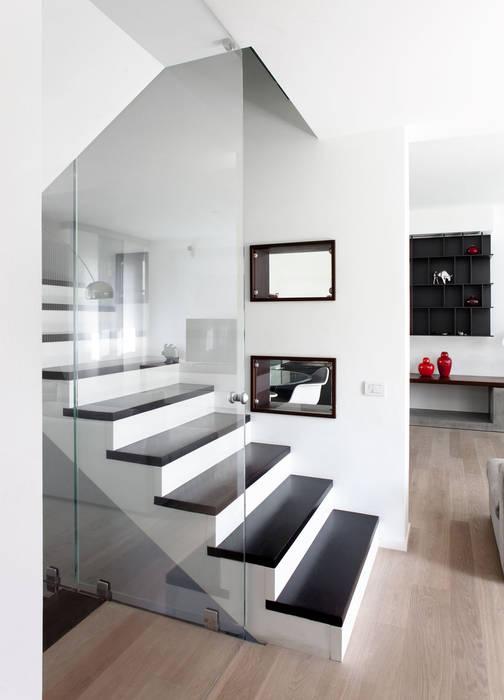 Minimalistyczny korytarz, przedpokój i schody od EXiT architetti associati Minimalistyczny