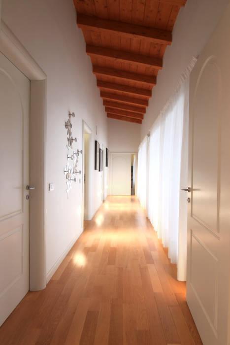 interni di Villa Anna: Ingresso & Corridoio in stile  di VillaBio