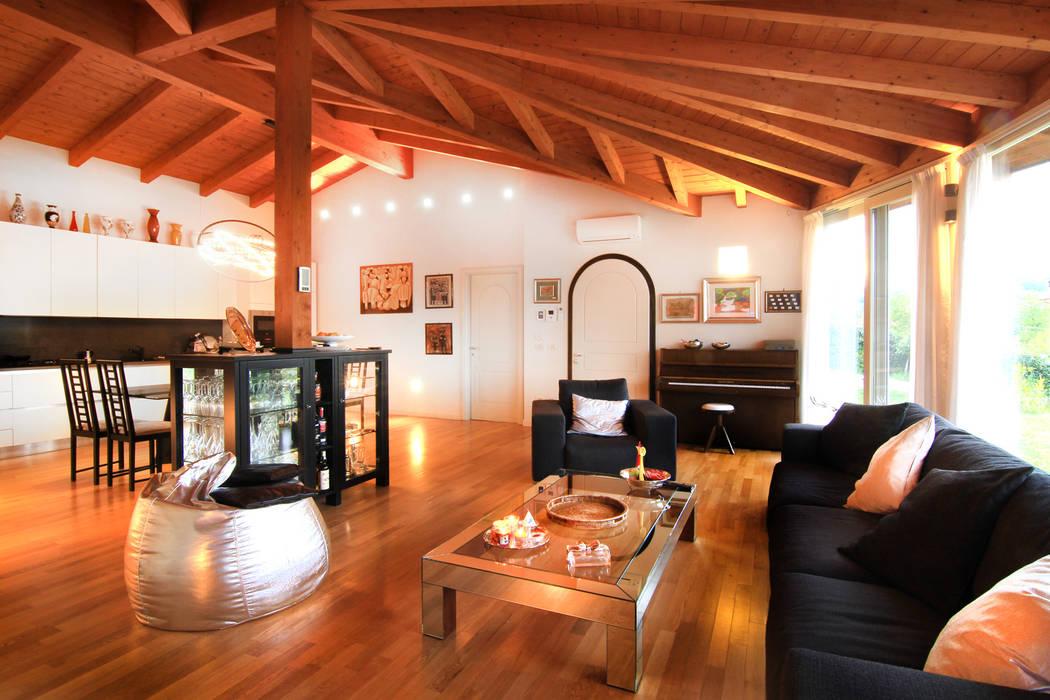 il calore del legno per l' inverno e fresco d'estate: Soggiorno in stile in stile Moderno di VillaBio