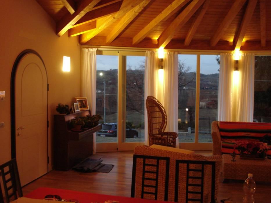 il calore del legno: Sala da pranzo in stile in stile Moderno di VillaBio