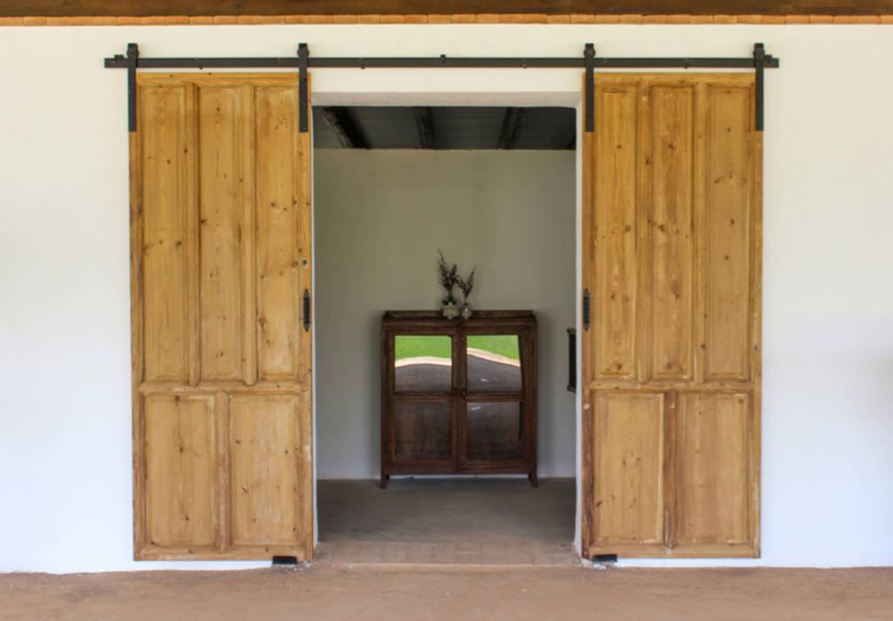 Puerta antigua convertida en corredera. homify Puertas y ventanas de estilo rústico