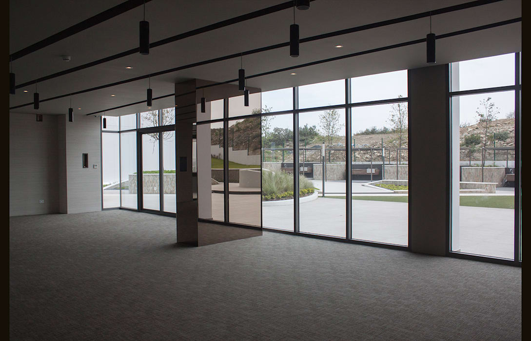 现代客厅設計點子、靈感 & 圖片 根據 Línea Vertical 現代風
