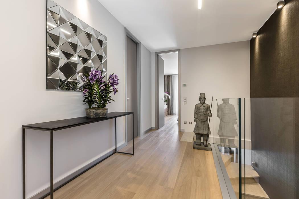 Modern and spacious hall in a villa on Cote d'Azur.: Ingresso & Corridoio in stile  di NG-STUDIO Interior Design