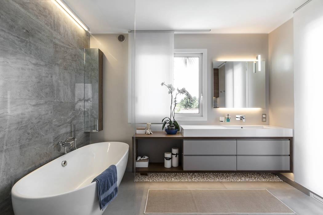 Contemporary details of the interior of villa near Monaco.: Bagno in stile  di NG-STUDIO Interior Design