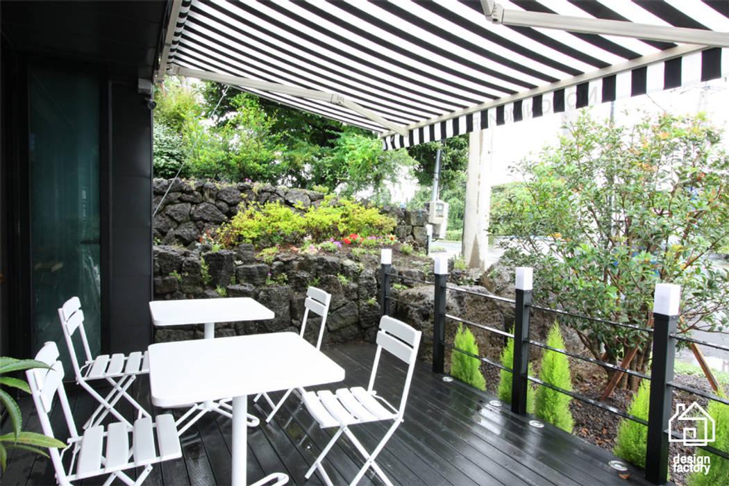 CAFE 'MONGNI MONGRI' 인더스트리얼 발코니, 베란다 & 테라스 by 디자인팩토리 인더스트리얼