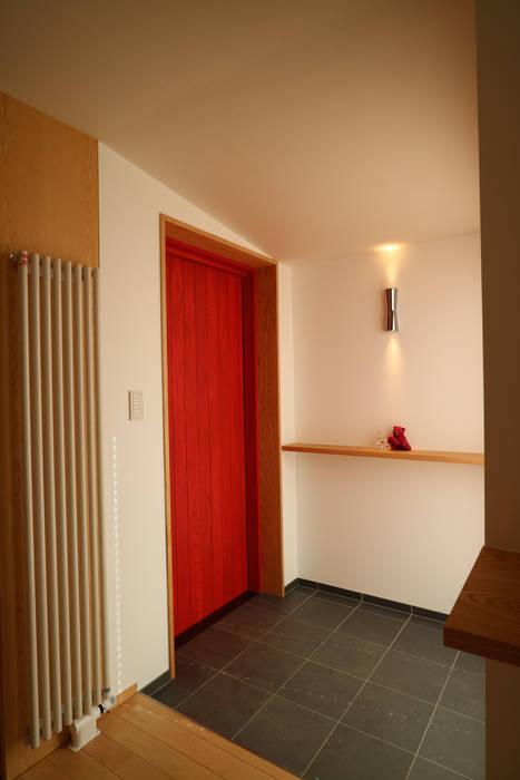 アトリエ・アースワーク Scandinavian style corridor, hallway& stairs Red