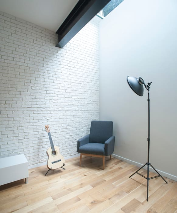 Espace détente sous plancher de verre: Salon de style  par Olivier Olindo Architecte