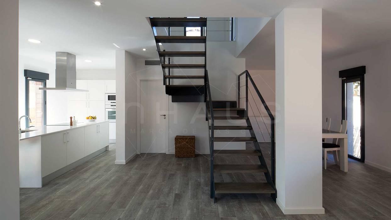 Escalera met lica de dise o pasillos y vest bulos de for Casa minimalista barcelona capital