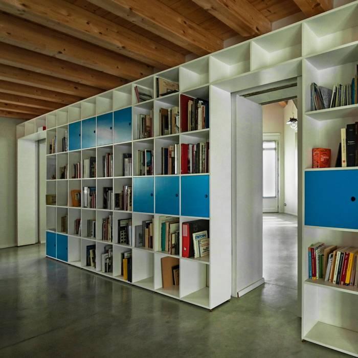 Dettaglio libreria - passaggio studio: Soggiorno in stile in stile Moderno di PADIGLIONE B