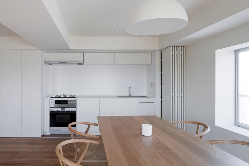 桜新町の住宅 本城洋一建築設計事務所 ミニマルデザインの キッチン 無垢材 白色