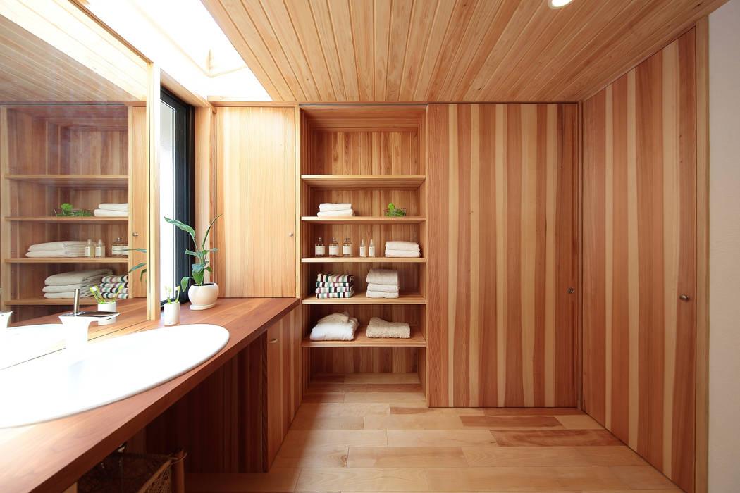 引き戸を開ければ物干しスペースへの道ができます  お気に入り0: 四季の住まい株式会社が手掛けた浴室です。,