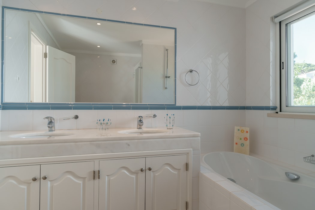 Bathroom by Zenaida Lima Fotografia , Classic