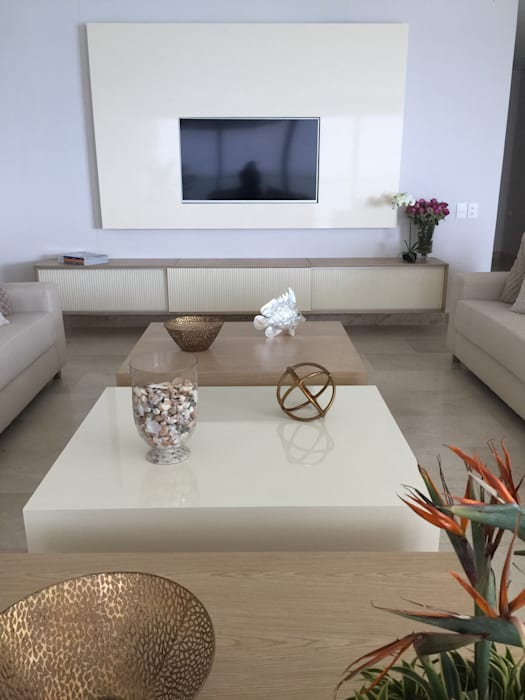 Sala tonos neutros: Salas de estilo  por Monica Saravia