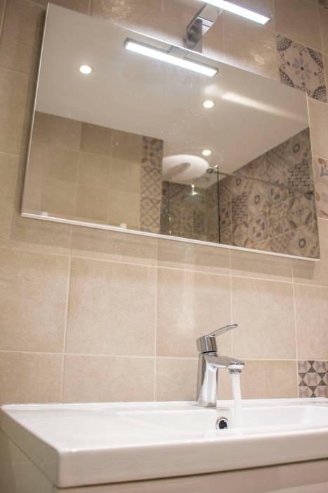 Studio Promenade des Anglais: Salle de bains de style  par Blue Interior Design