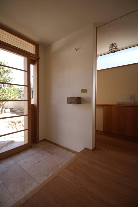 Corredores e halls de entrada  por Mimasis Design/ミメイシス デザイン, Eclético Madeira Acabamento em madeira