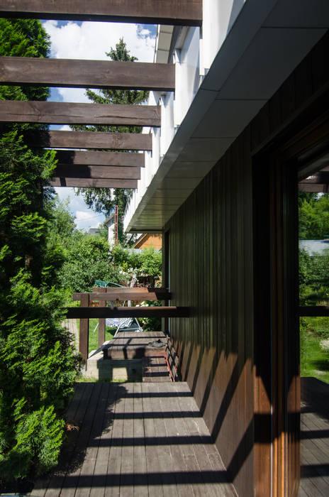 Реконструкция Дачного дома в Пушкино, МО. baboshin.com Balcone, Veranda & Terrazza in stile minimalista