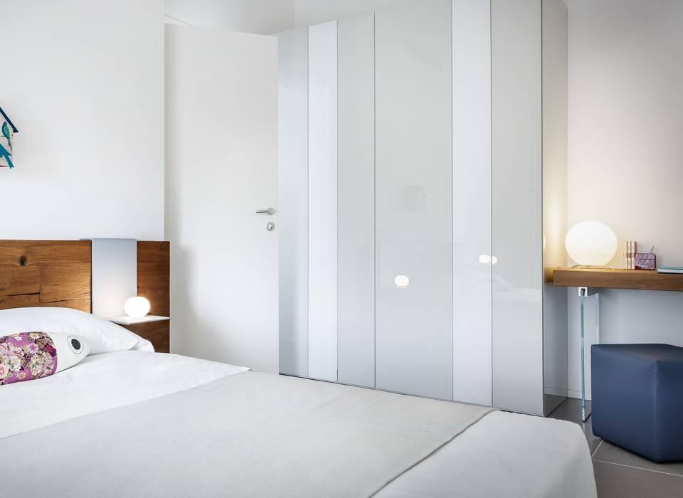 Particolare lampada da tavolo: Hotel in stile  di COBO