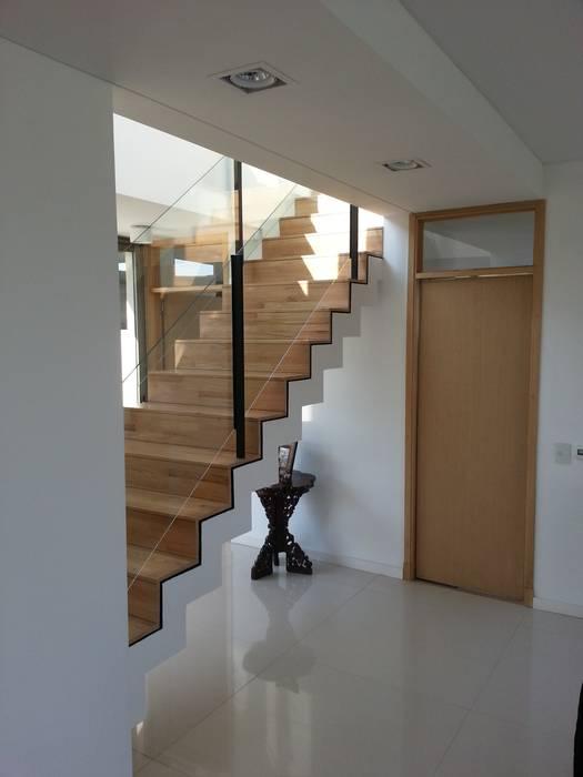 Moderner Flur, Diele & Treppenhaus von estudio|44 Modern