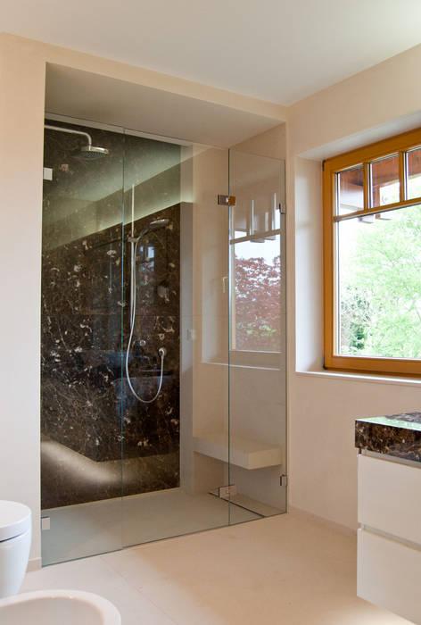 Bad In Naturstein Mit Reizvollem Hell Dunkel Kontrast Badezimmer