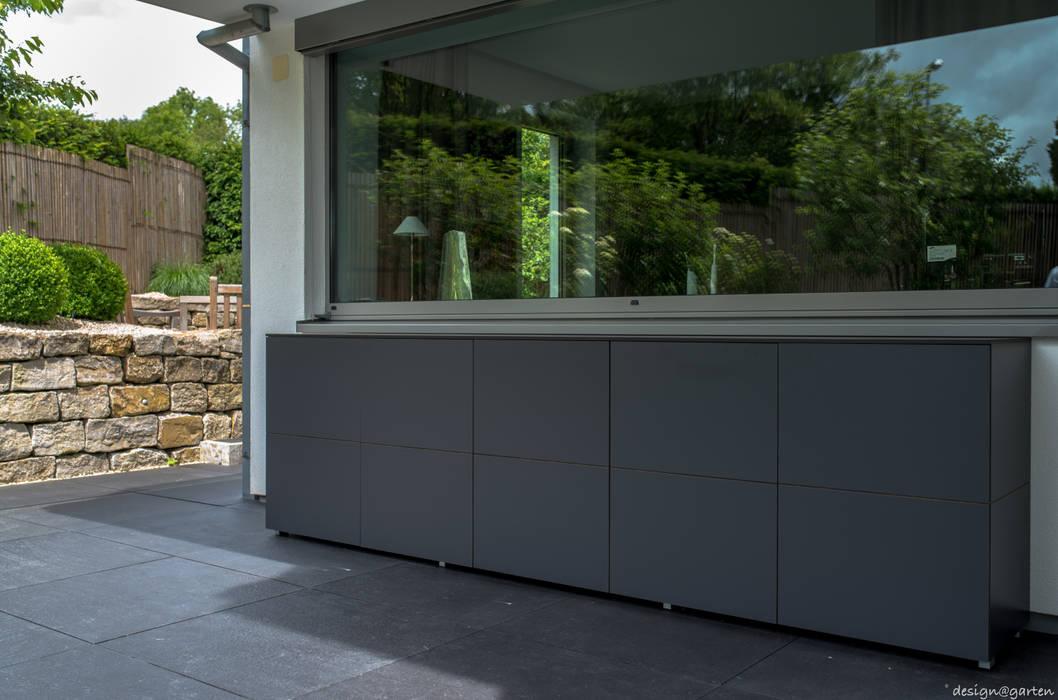 wetterfester Terrassenschrank von design@garten in Wiesbaden: modern  von design@garten - Alfred Hart -  Design Gartenhaus und Balkonschraenke aus Augsburg,Modern Holz-Kunststoff-Verbund