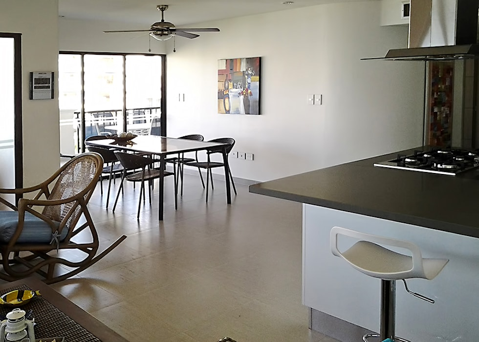 Zona social desde la barra de desayuno: Comedores de estilo  por Remodelar Proyectos Integrales