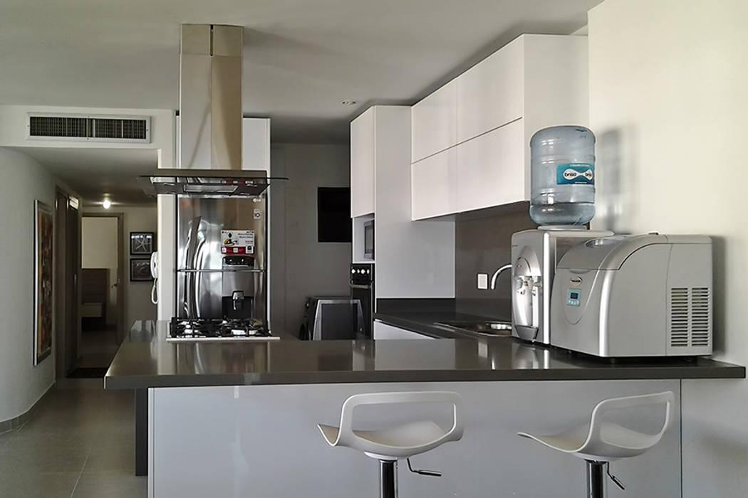Vista de la cocina hacia el hall de alcobas: Cocinas de estilo  por Remodelar Proyectos Integrales