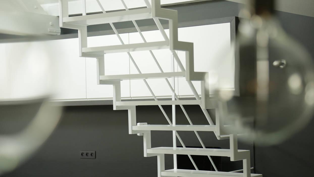 escalier métallique en crémaillère: Salon de style de style Minimaliste par BE-DESIGNER