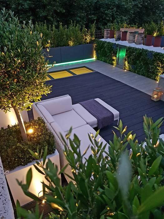 Millboard decking on London roof terrace Balcones y terrazas modernos de Paul Newman Landscapes Moderno
