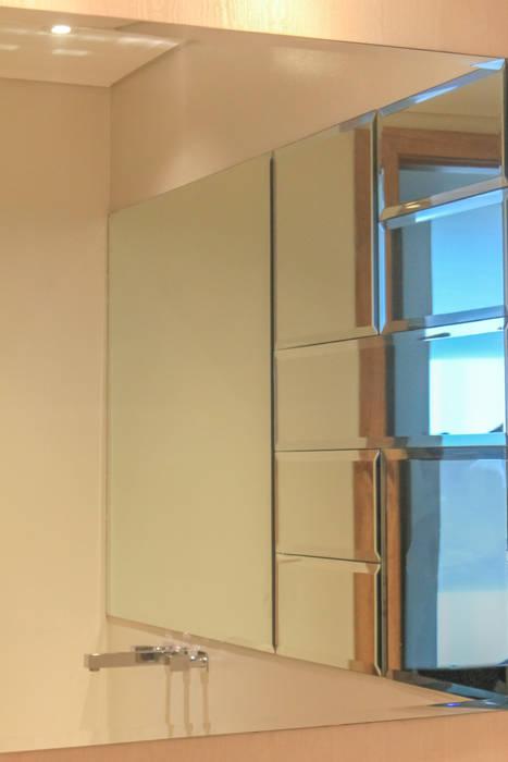 Acento en baño social Baños de estilo moderno de Monica Saravia Moderno