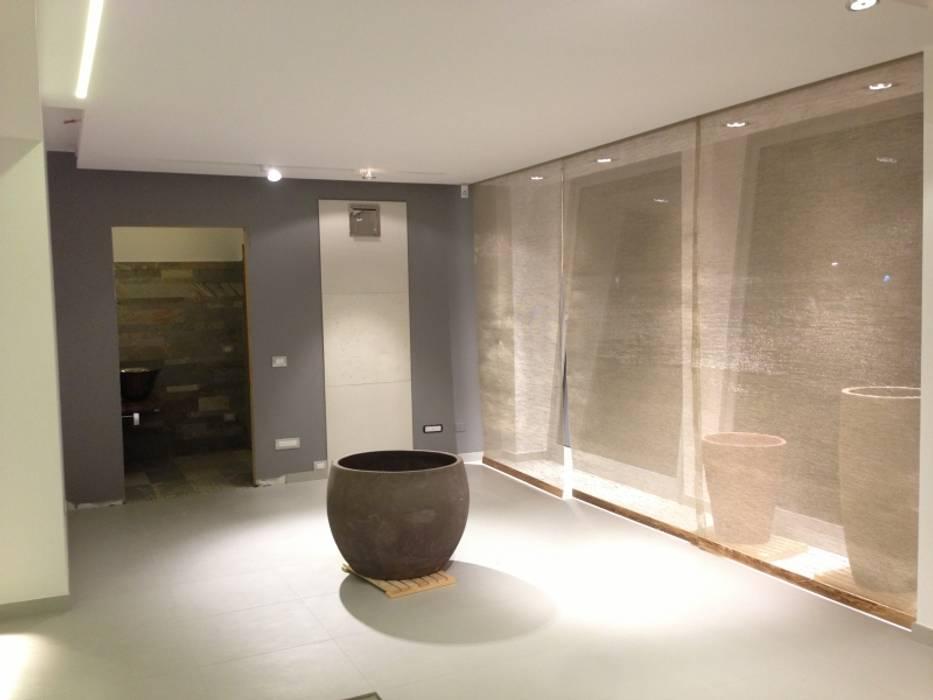 HOME DISTRICT -  tendaggi: Pareti in stile  di Tessitura Tele Metalliche Rossi