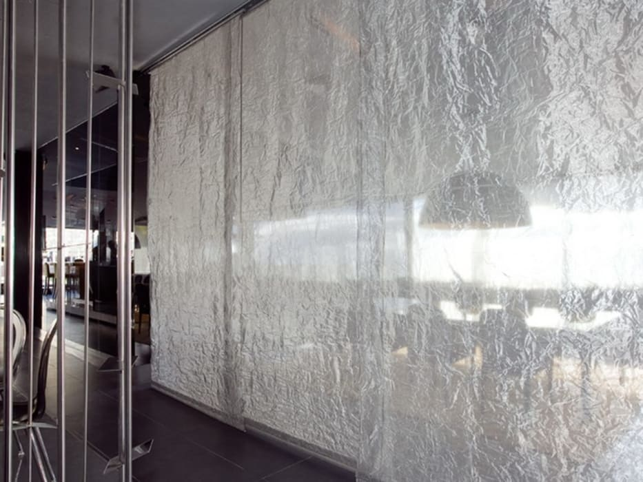 NUBA RESTAURANT - Tendaggi: Pareti in stile  di Tessitura Tele Metalliche Rossi