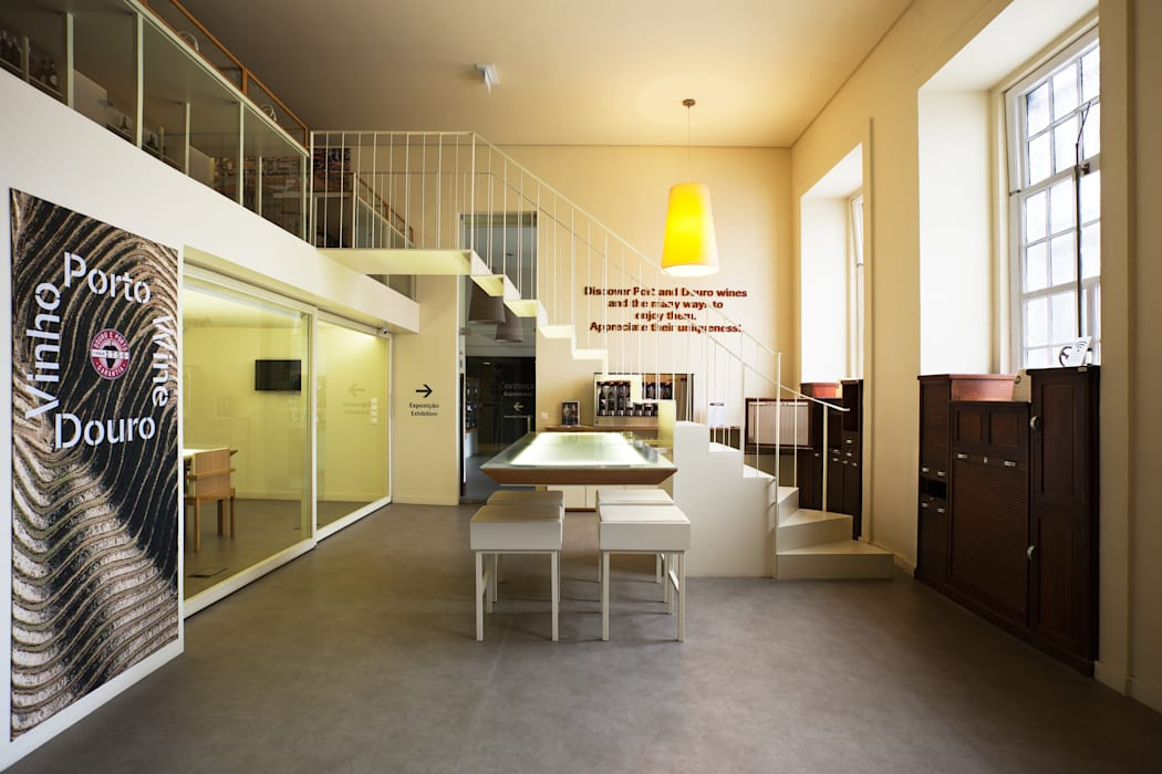 Vista geral do Winebar: Locais de eventos  por Atelier 405 \ 405 architects