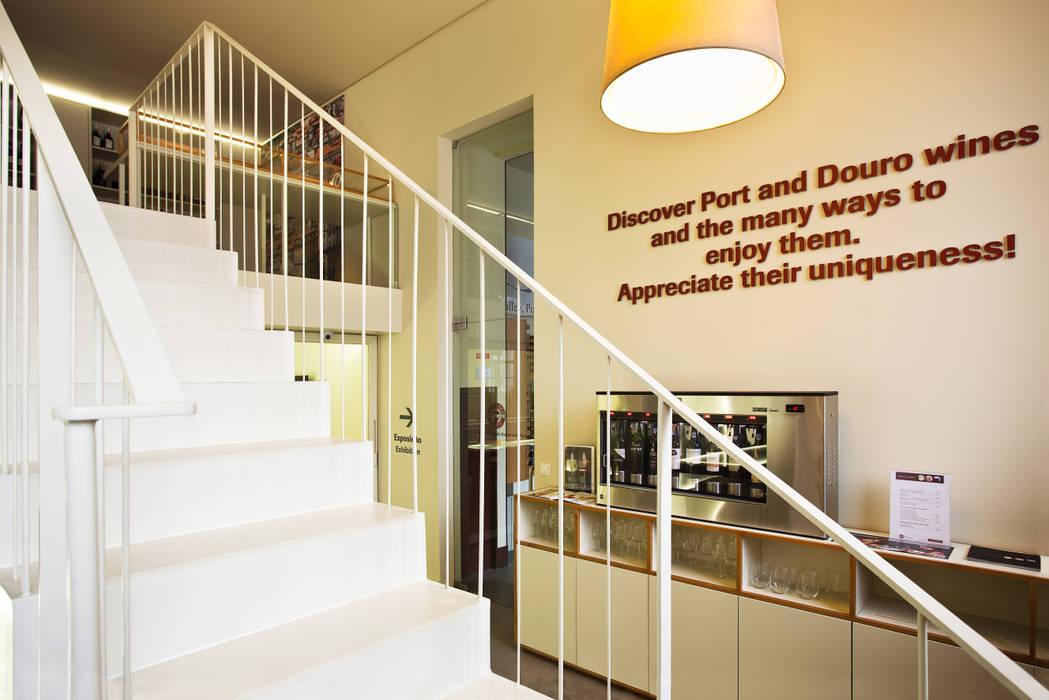 Um pormenor da Escada em Aço Locais de eventos minimalistas por Atelier 405 \ 405 architects Minimalista