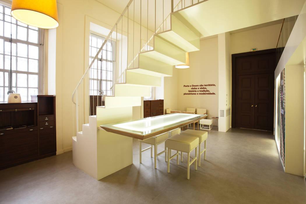 Vista geral do Winebar Locais de eventos minimalistas por Atelier 405 \ 405 architects Minimalista
