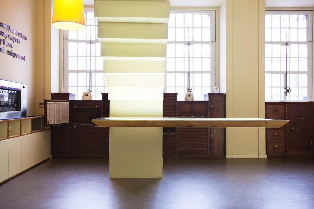 Mesa Suspensa e Escada em Aço Locais de eventos minimalistas por Atelier 405 \ 405 architects Minimalista Ferro/Aço