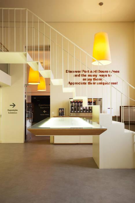 Perfil da Escada e da Mesa Suspensa Locais de eventos minimalistas por Atelier 405 \ 405 architects Minimalista Ferro/Aço