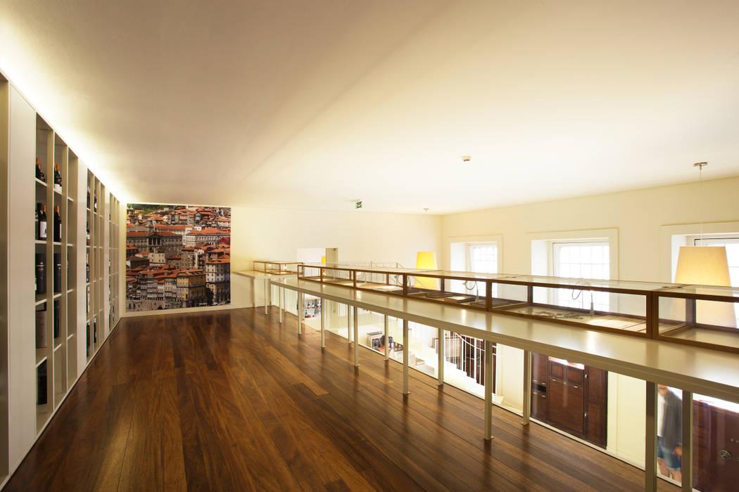 Vista geral do Mezzanine Locais de eventos minimalistas por Atelier 405 \ 405 architects Minimalista Ferro/Aço