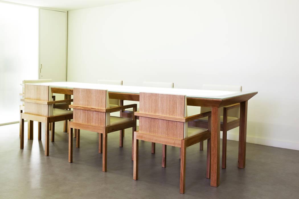 Conjunto de Mesa de Provas e Cadeiras Locais de eventos minimalistas por Atelier 405 \ 405 architects Minimalista