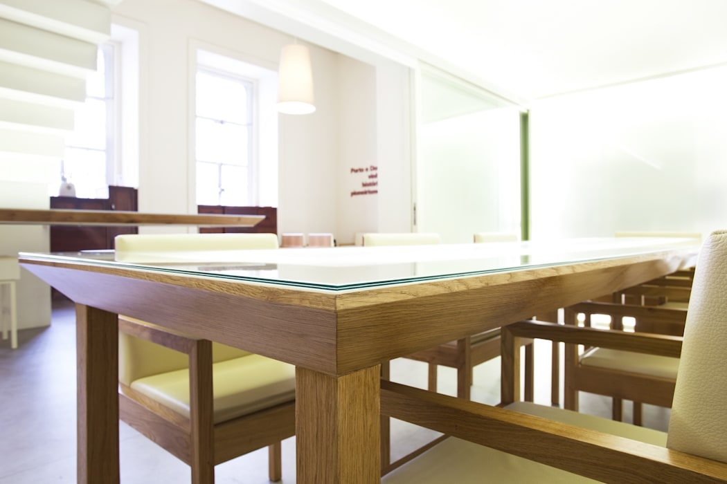 Pormenor da Mesa de Provas Locais de eventos minimalistas por Atelier 405 \ 405 architects Minimalista Madeira maciça Multicolor