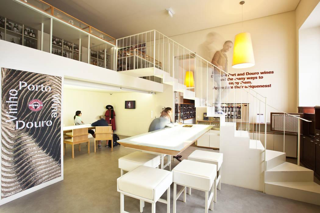 Vista geral do espaço com utilizadores Locais de eventos minimalistas por Atelier 405 \ 405 architects Minimalista