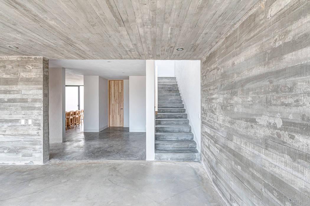 Casas Cuatas en el Fraccionamiento Los Robles Bosque de la Primavera Jalisco Pasillos, vestíbulos y escaleras minimalistas de La Desarrolladora Minimalista Concreto