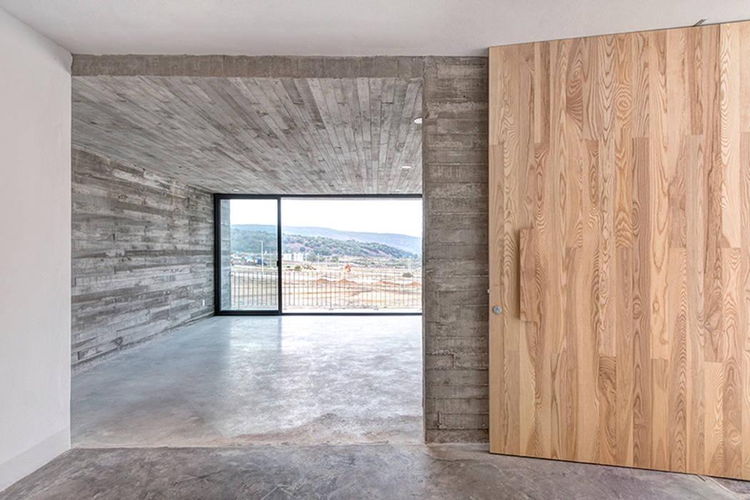 Minimalistischer Flur, Diele & Treppenhaus von La Desarrolladora Minimalistisch Beton