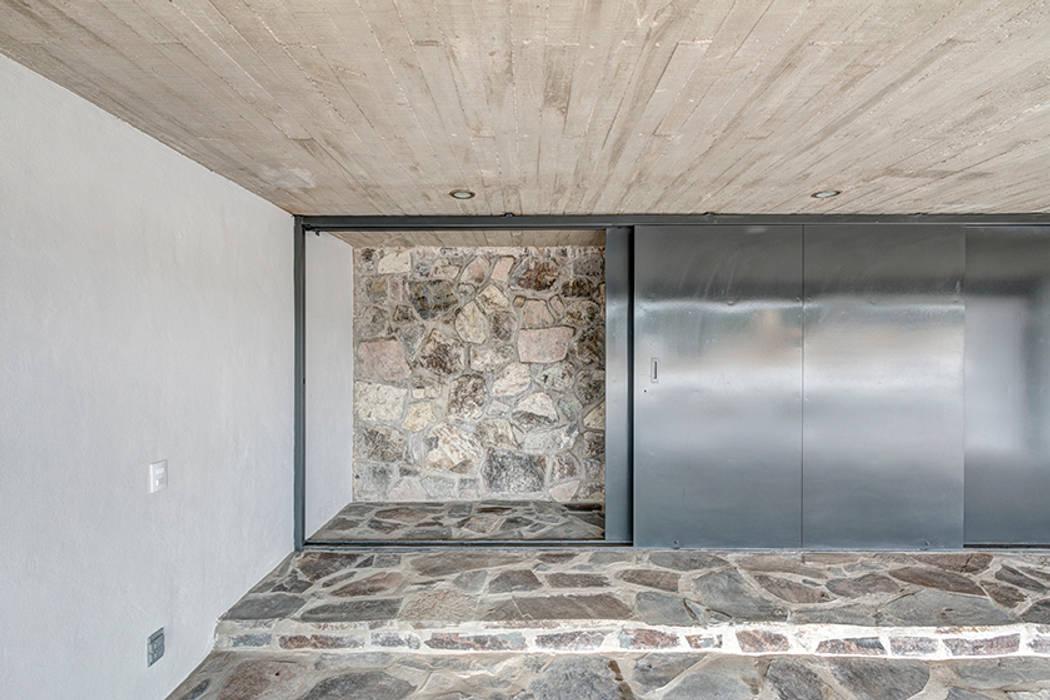 Minimalistische Garagen & Schuppen von La Desarrolladora Minimalistisch Stein