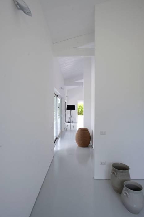 Casa in legno Alma Negra: Ingresso & Corridoio in stile  di Progettolegno srl