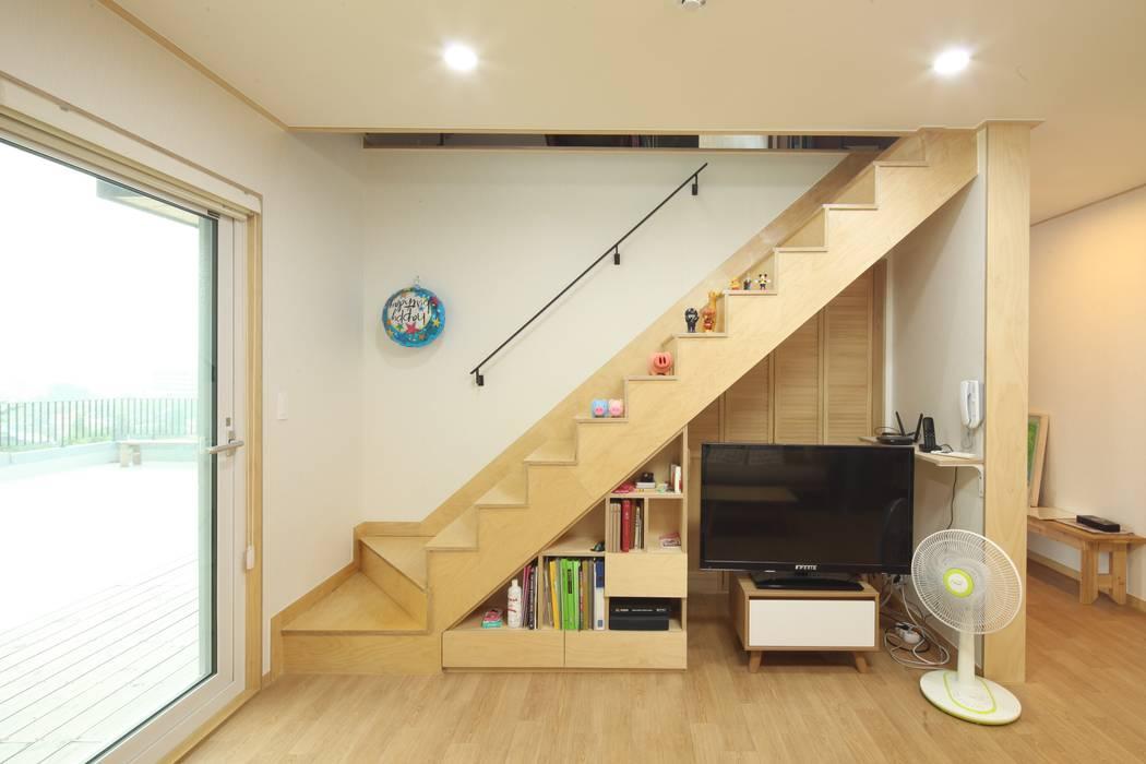 도곡리 주택 Коридор, прихожая и лестница в модерн стиле от 위드하임 Модерн