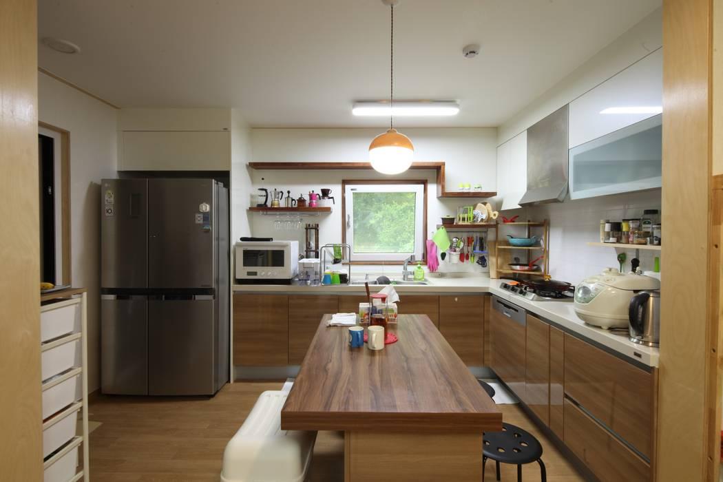 도곡리 주택 Nhà bếp phong cách hiện đại bởi 위드하임 Hiện đại