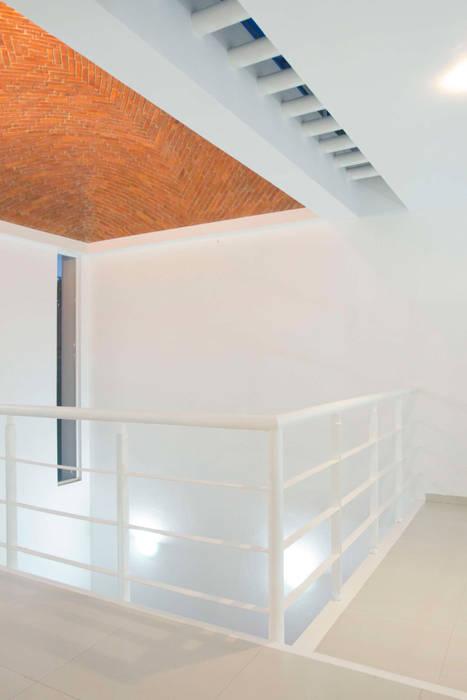Boveda Aparente y Tragaluz: Salas de estilo minimalista por Bojorquez Arquitectos SA de CV